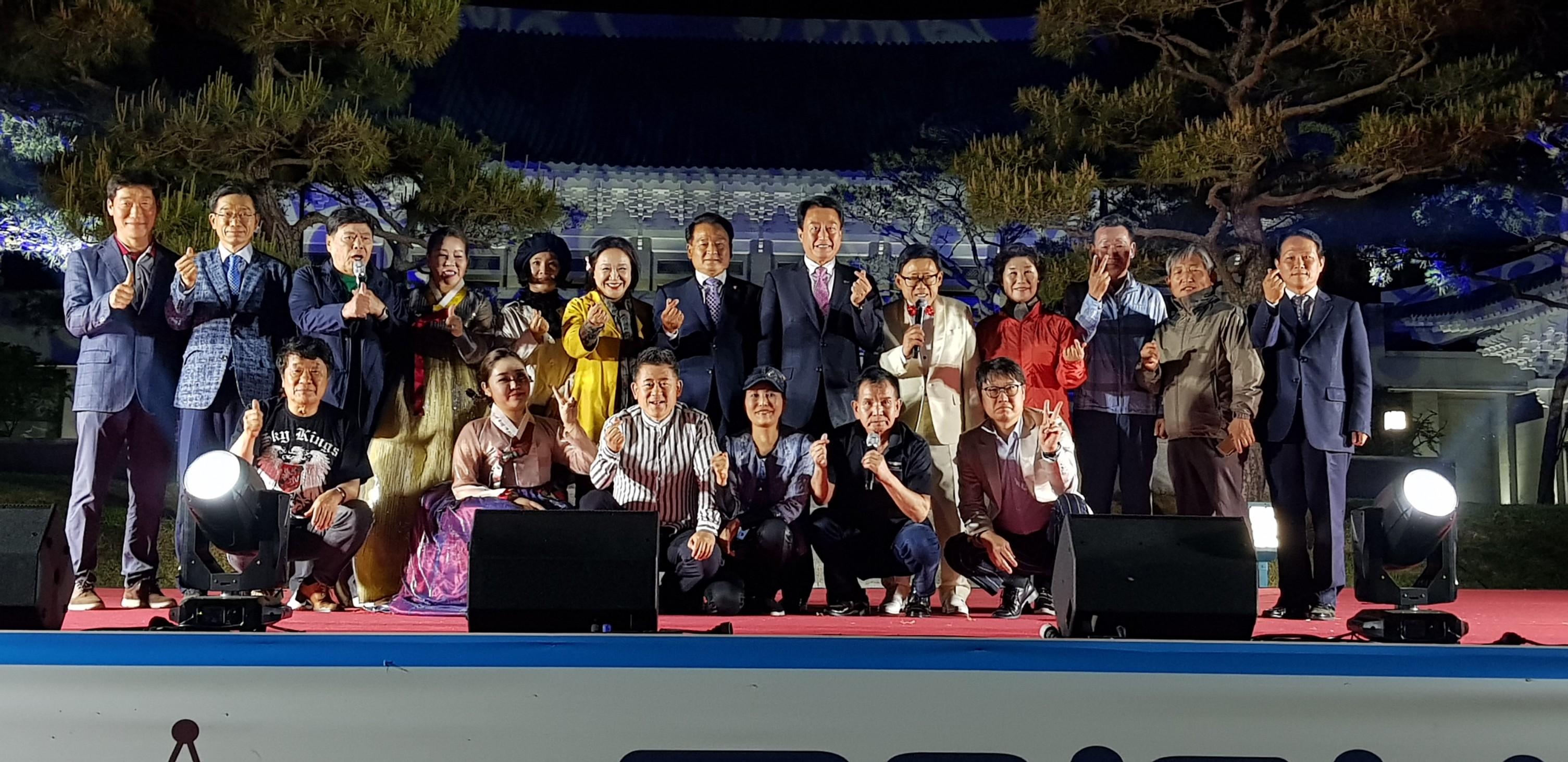 정말 멋진 청와대 세트장 앞 광장에서  공연하였습니다..수고 많으셨어요.^^